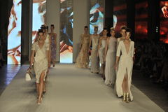 Paseo de los modelos la pista durante la demostración de Aigner como parte de Milan Fashion Week Foto de archivo libre de regalías