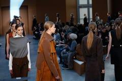 Paseo de los modelos la pista en Derek Lam Fashion Show durante la caída 2015 de MBFW Imagen de archivo libre de regalías