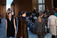 Paseo de los modelos la pista en Derek Lam Fashion Show durante la caída 2015 de MBFW Fotos de archivo libres de regalías
