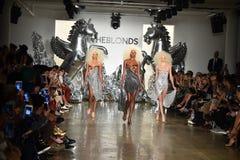 Paseo de los modelos la pista en el desfile de moda de Blonds Fotografía de archivo