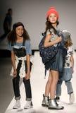 Paseo de los modelos la pista en el desfile de moda de los niños del Nike Levi durante Mercedes-Benz Fashion Week Fall 2015 Imágenes de archivo libres de regalías