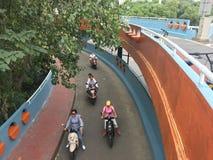 Paseo de los peatones a través del puente del acercamiento fotos de archivo libres de regalías