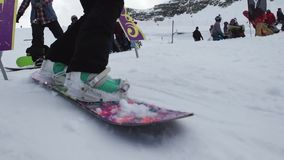 Paseo de los Snowboarders del arco cósmico en el trampolín Gente Estación de esquí Montañas almacen de video