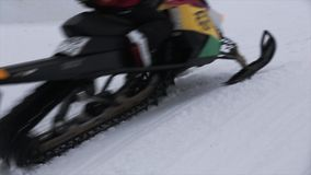 Paseo de los Snowboarders en el control de la moto de nieve de la cuerda Estación de esquí Manía extrema nevoso almacen de metraje de vídeo