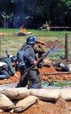 Paseo de los soldados-reenactors que sostiene los armas Reconstrucción de la batalla de Nivelle de la máquina de picar carne Foto de archivo libre de regalías