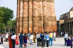 Paseo de los turistas alrededor de Qutub Minar fotografía de archivo libre de regalías