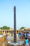Paseo de los turistas alrededor de Qutub Minar foto de archivo libre de regalías