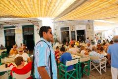 Paseo de los turistas en la isla del Hydra - Grecia Imágenes de archivo libres de regalías