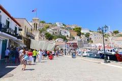 Paseo de los turistas en la isla del Hydra - Grecia Fotos de archivo libres de regalías
