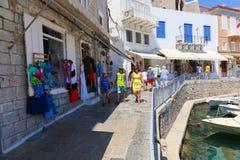 Paseo de los turistas en la isla del Hydra - Grecia Imagenes de archivo