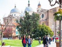 Paseo de los turistas a la basílica de Santa Giustina Foto de archivo libre de regalías