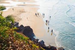 Paseo de los turistas a lo largo de la playa principal de Varkala Foto de archivo libre de regalías