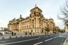Paseo de los turistas a lo largo del área de Reichstag fotos de archivo libres de regalías