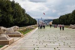 Paseo de los visitantes más allá de las estatuas del león Fotografía de archivo