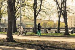 Paseo 4 de mayo de 2015 de Rusia, Moscú en el parque nombrado después de Gorki Imagenes de archivo