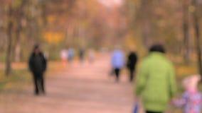Paseo de mucha gente en el parque Fondo enmascarado almacen de video