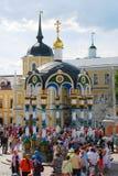 Paseo de mucha gente en la trinidad Sergius Lavra Foto de archivo