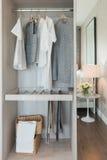 Paseo de Nodern en diseño interior del armario con la ropa que cuelga en el ra Imagen de archivo
