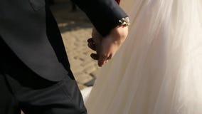 Paseo de novia y del novio que se sostiene de común acuerdo cierre metrajes