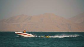 Paseo de parachoques del tubo detrás del barco en el Mar Rojo Cámara lenta almacen de video