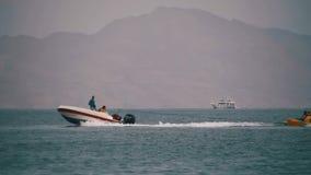 Paseo de parachoques del tubo detrás del barco en el Mar Rojo Cámara lenta metrajes