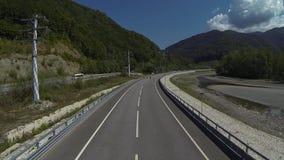 Paseo de tres motoristas sobre el puente almacen de metraje de vídeo