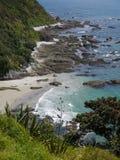 Paseo del acantilado de Mangawhai: entrada rocosa de la opinión de la costa imagen de archivo