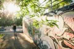 Paseo del adolescente con la mochila Imagen de archivo