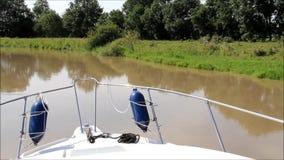 Paseo del barco a lo largo de un río almacen de video