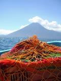 Paseo del barco a través del lago Atitlan en Guatemala con el volcán Imagen de archivo