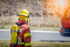 Paseo del bombero al coche de bomberos fotografía de archivo