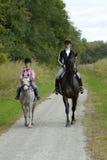 Paseo del caballo de la hija de la madre foto de archivo libre de regalías