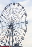 Paseo del carnaval que muestra una noria de giro en la acción Imagen de archivo libre de regalías