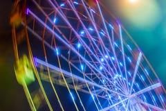 Paseo del carnaval que muestra una noria de giro en la acción Foto de archivo