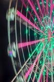 Paseo del carnaval que muestra una noria de giro en la acción Imagenes de archivo