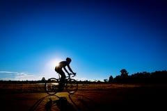 Paseo del ciclista la bicicleta por la tarde fotografía de archivo libre de regalías