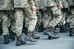 Paseo del ejército de las botas de los militares la tierra de desfile foto de archivo libre de regalías