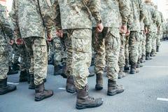 Paseo del ejército de las botas de los militares la tierra de desfile foto de archivo