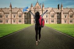 Paseo del estudiante a la vista posterior del campus Fotografía de archivo libre de regalías