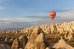Paseo del globo del aire caliente de la puesta del sol en Cappadocia, Turquía Foto de archivo libre de regalías