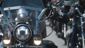 Paseo del grupo del motorista del subcultivo en la pista en un día de verano soleado en las motocicletas de encargo, una acción e almacen de video