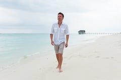 Paseo del hombre en la playa hermosa Foto de archivo libre de regalías