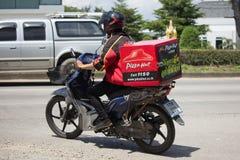Paseo del hombre del servicio de entrega un Motercycle de la compañía de Pizza Hut Imagenes de archivo