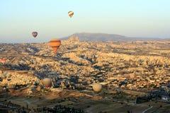 Paseo del impulso del aire caliente sobre las chimeneas de hadas de Cappadocia fotografía de archivo