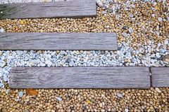 Paseo del jardín piedra del mar con los caminos hechos de la madera imagenes de archivo