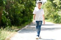 Paseo del muchacho en el camino fotos de archivo libres de regalías
