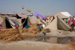 Paseo del niño contra el campo de Kumbha Mela Fotos de archivo