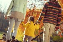 Paseo del otoño de la familia imagenes de archivo