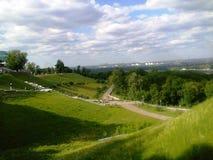 paseo del paisaje del verano en el parque de la ciudad situado en las colinas en Kiev fotografía de archivo libre de regalías
