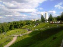 paseo del paisaje del verano en el parque de la ciudad situado en las colinas en Kiev foto de archivo libre de regalías